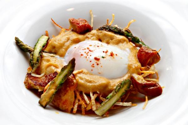 """Huevo de caserío a baja temperatura sobre nido de patatas paja y crema de """"Ou de Reig"""" -loidi-restaurante-bcn-comerconlila"""