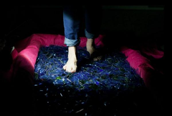lila-caminando-sobre-cristales-entulinea